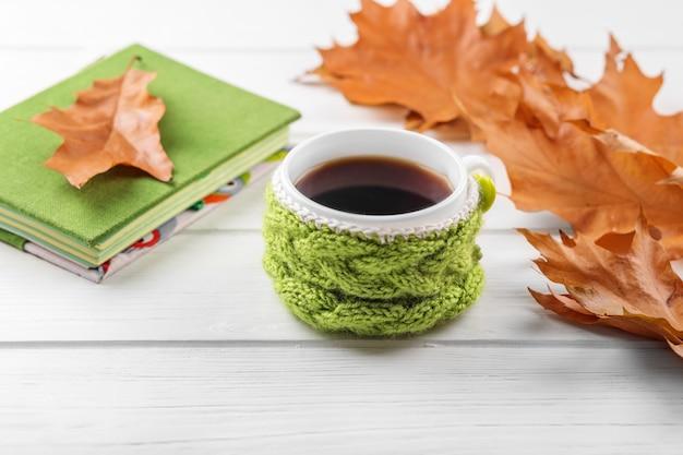 Una tazza di caffè e un quaderno. il concetto di autunno, natura morta, relax, studio Foto Premium