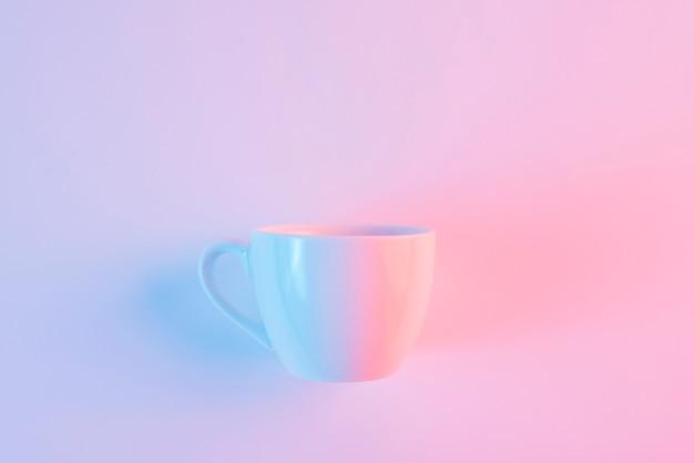 Una tazza di ceramica bianca vuota su sfondo rosa Foto Gratuite