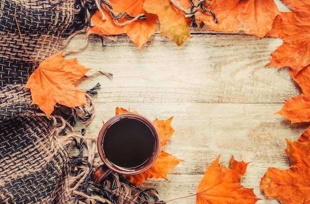 Una tazza di tè e un accogliente sfondo autunnale. messa a fuoco selettiva Foto Premium