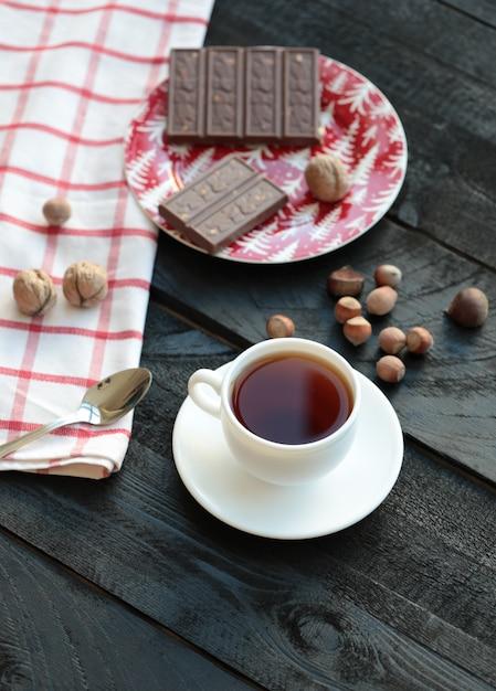 Una tazza di tè e una barretta di cioccolato amaro. vista dall'alto. Foto Gratuite