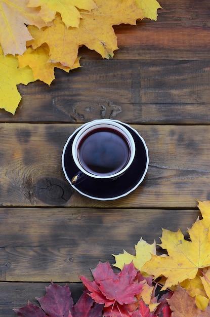 Una tazza di tè in un set di foglie autunnali cadute ingiallimento Foto Premium