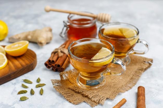 Una tazza di tè, zucchero di canna, miele e limone su cemento. vista dall'alto, copia spazio Foto Gratuite