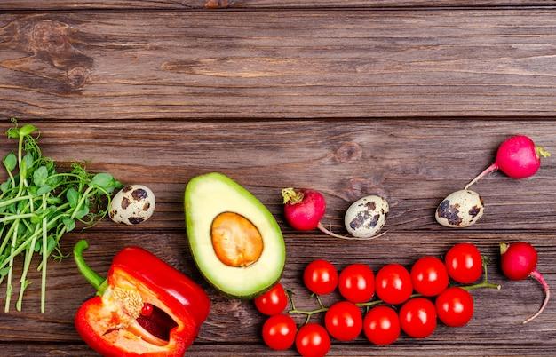 Una varietà di prodotti sani e naturali su una superficie di legno Foto Premium