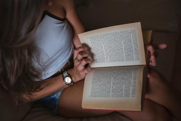 Una vista aerea del libro di lettura donna Foto Gratuite