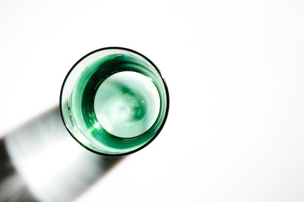 Una vista aerea di acqua nel vetro verde su sfondo bianco Foto Gratuite
