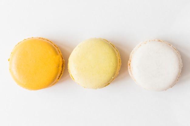 Una vista aerea di amaretti su sfondo bianco Foto Gratuite