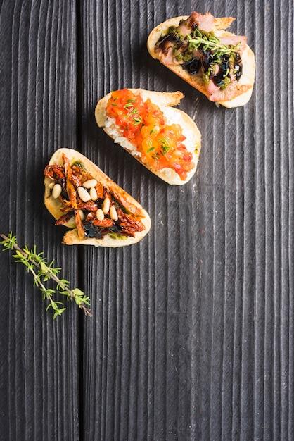 Una vista aerea di antipasto classico toast sul contesto in legno Foto Gratuite