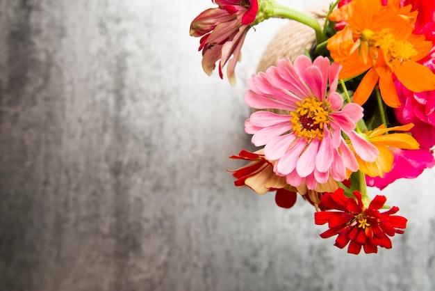 Una vista aerea di fiori colorati nel vaso sullo sfondo texture Foto Gratuite