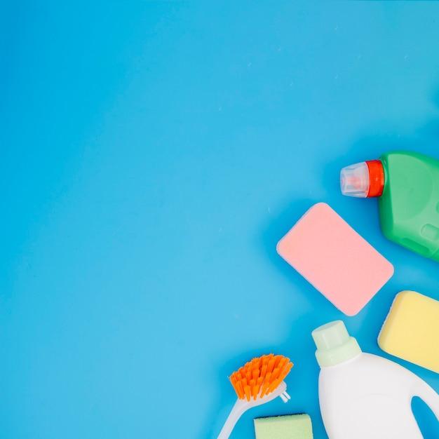Una vista aerea di prodotti per la pulizia su sfondo blu Foto Gratuite