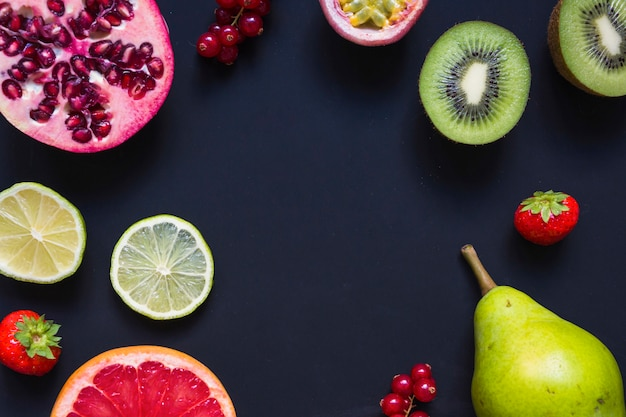 Una vista aerea di succosi frutti sani su sfondo nero Foto Gratuite