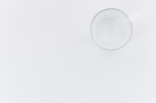 Una vista aerea di un tubo di livello su sfondo bianco con spazio per la scrittura del testo Foto Gratuite