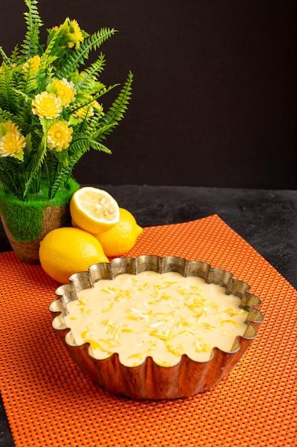 Una vista frontale deliziosa torta al limone aspro delizioso dolce da forno esotico dolce sulla scrivania scura Foto Gratuite
