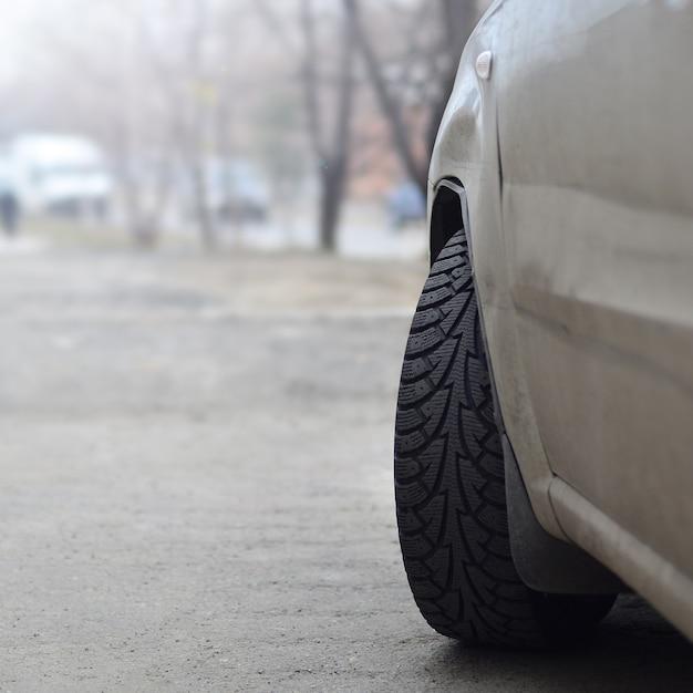 Una vista laterale di una macchina in piedi vicino a una strada Foto Premium