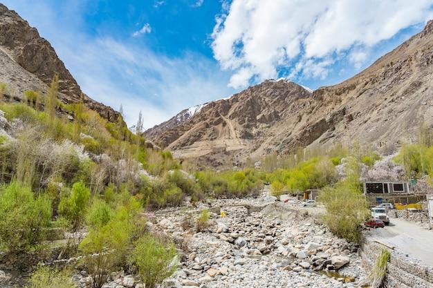 Una vista panoramica della valle di turtuk e il fiume shyok Foto Premium