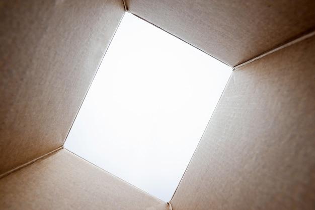 Unboxing, pacchetto di cartone aperto da tiro dall'interno della scatola Foto Premium