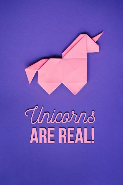 Unicorno rosa origami su sfondo ultra viola Foto Premium