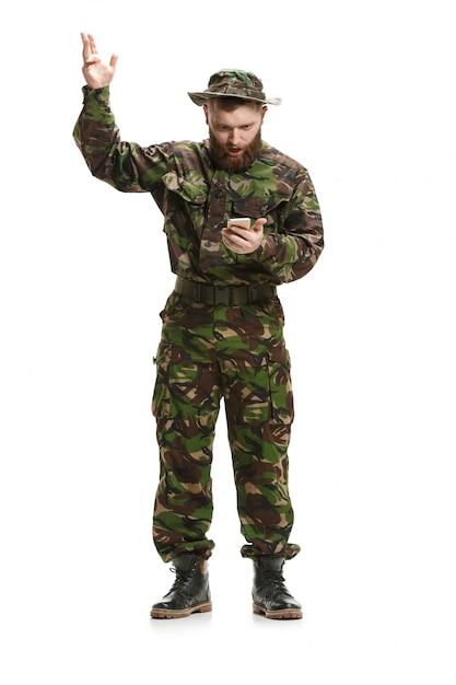 Uniforme d'uso del camuffamento del giovane soldato dell'esercito isolata Foto Gratuite