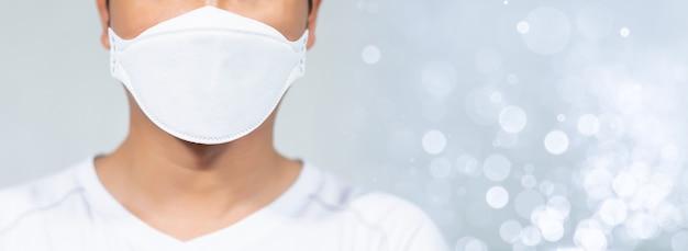 Uomini che indossano maschere per proteggersi dalle infezioni Foto Premium
