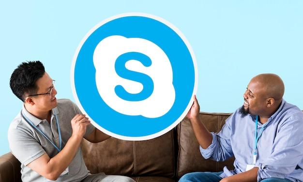 Uomini che mostrano un'icona di skype Foto Gratuite