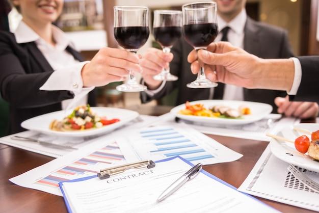 Uomini d'affari che celebrano un grande accordo. Foto Premium