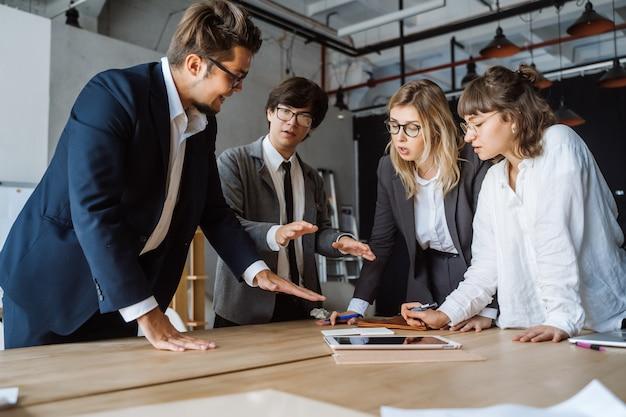 Uomini d'affari che hanno discussioni, controversie o disaccordi durante riunioni o negoziati Foto Gratuite