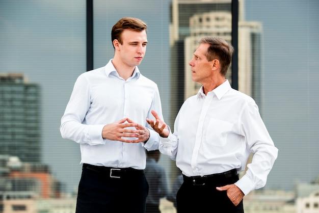 Uomini d'affari che hanno una conversazione Foto Gratuite