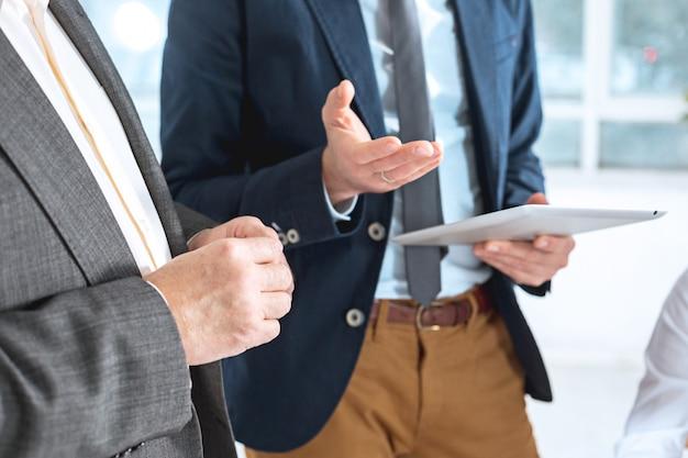 Uomini d'affari che lavorano insieme Foto Gratuite