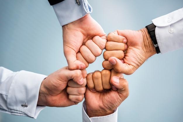 Uomini d'affari con i pugni insieme Foto Gratuite