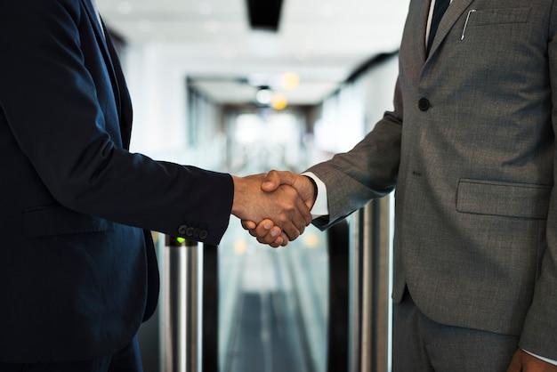 Uomini d'affari corporativi che agitano le mani Foto Premium