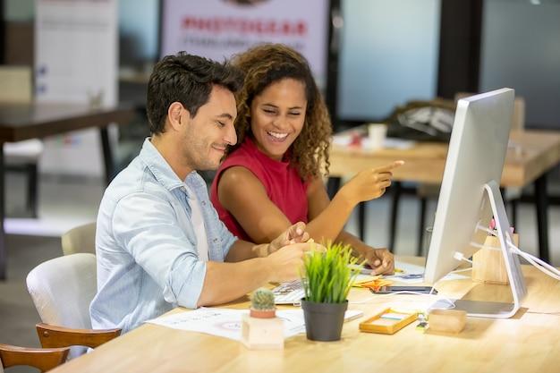 Uomini d'affari creativi che lavorano in start up ufficio Foto Premium