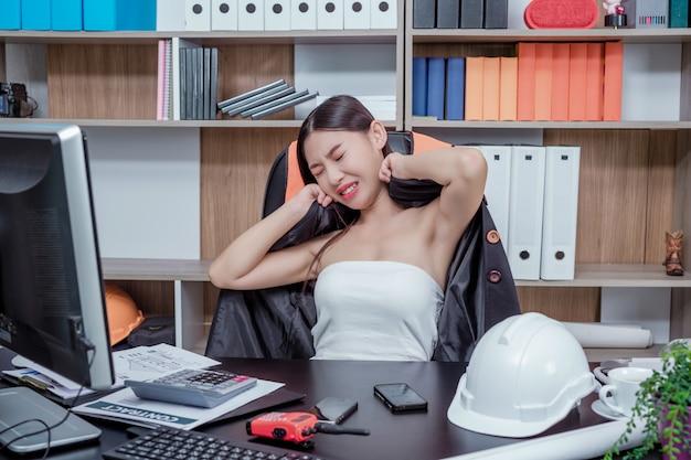 Uomini d'affari, donne che lavorano in ufficio con stress e affaticamento. Foto Gratuite