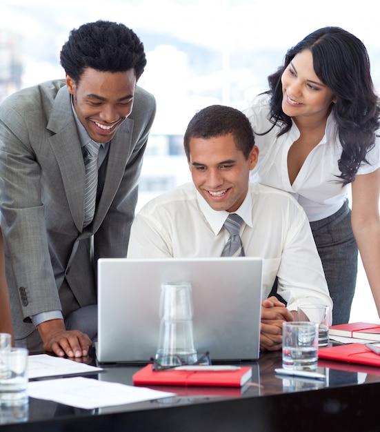 Uomini d'affari e imprenditrice lavorano insieme Foto Premium