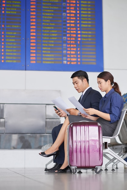 Uomini d'affari in attesa in aeroporto Foto Gratuite