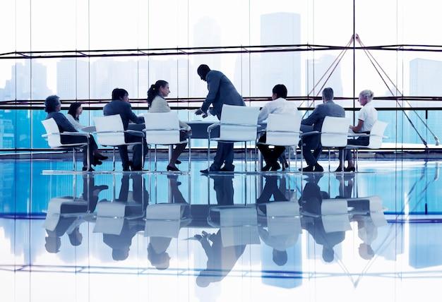 Uomini d'affari in discussione costruttiva Foto Premium