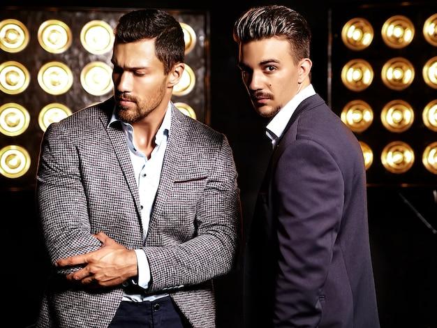 Uomini d'affari in giacca e cravatta con la luce sulla schiena Foto Gratuite