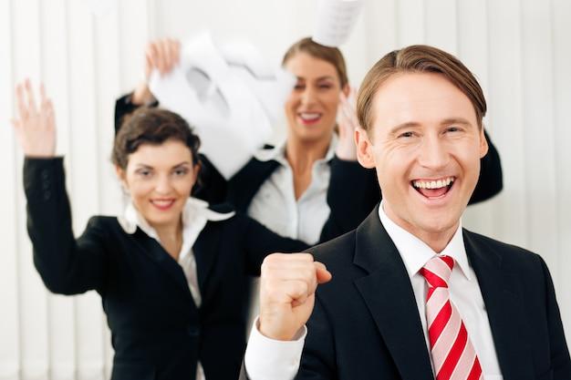 Uomini d'affari in ufficio con grande successo Foto Premium