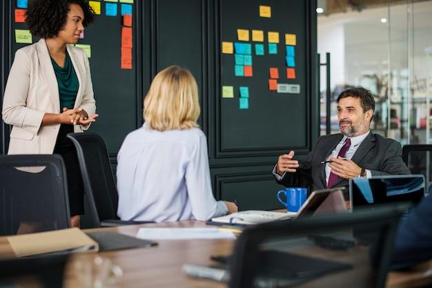 Uomini d'affari in una riunione Foto Gratuite