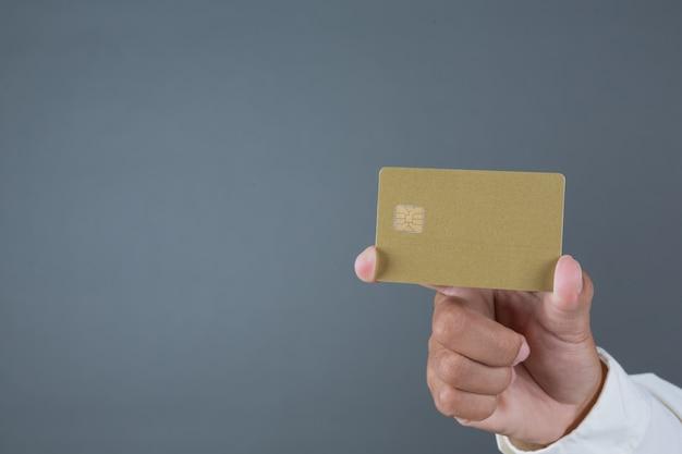 Uomini d'affari maschii che tengono le banconote, gesti di fabbricazione di contanti con la lingua dei segni Foto Gratuite
