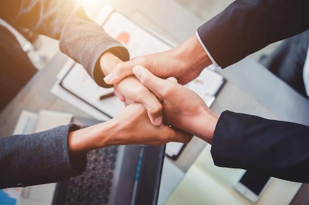 Uomini d'affari si stringono la mano, partner. Foto Premium