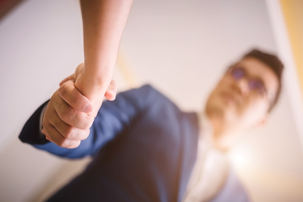 Uomini d'affari si stringono la mano, tra una riunione e l'altra in una sala per seminari Foto Premium