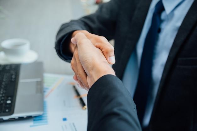 Uomini d'affari si stringono la mano. Foto Premium