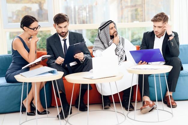 Uomini e donne lavorano in un ufficio luminoso. Foto Premium
