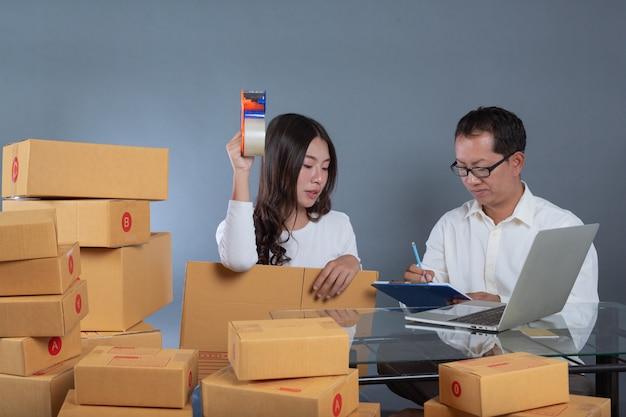 Uomini e donne stanno aiutando a mettere in valigia le scatole. Foto Gratuite