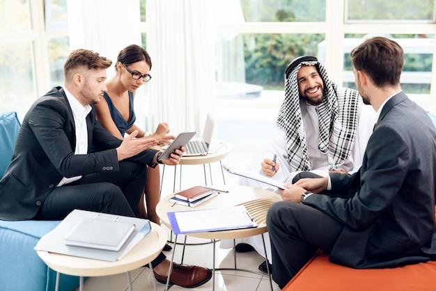 Uomini e donne stanno lavorando con documenti aziendali. Foto Premium