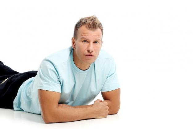 Uomo adulto con una camicia che posa nello studio Foto Gratuite