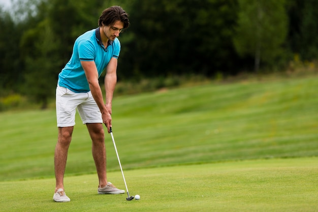 Uomo adulto della foto a figura intera che gioca golf all'aperto Foto Gratuite