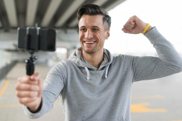 Uomo adulto di vista frontale che prende un selfie Foto Gratuite