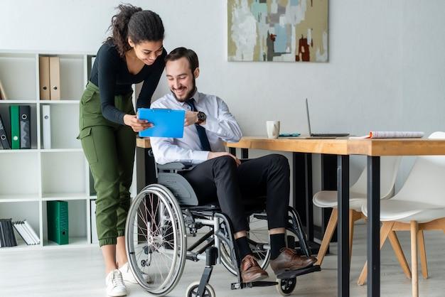 Uomo adulto e donna che lavorano insieme in ufficio Foto Gratuite