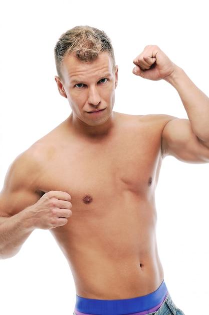 Uomo adulto senza camicia che posa nello studio Foto Gratuite
