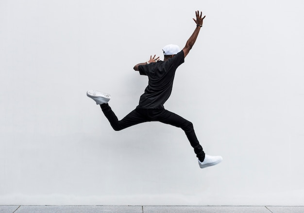Uomo africano che salta Foto Gratuite